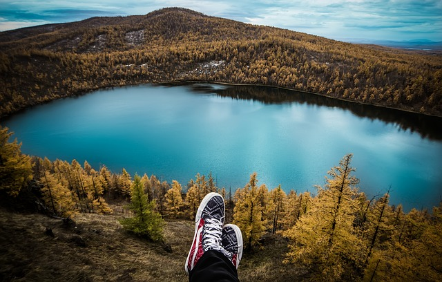 odpočinek nad jezerem