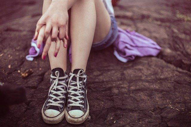 nohy mladé dívky