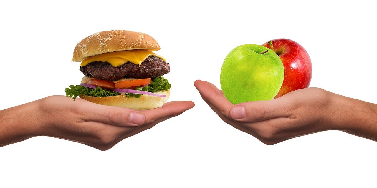 ruce s jídlem